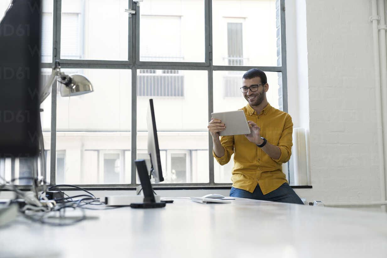 Young businessman in office using digital tablet - SBOF00299 - Steve Brookland/Westend61
