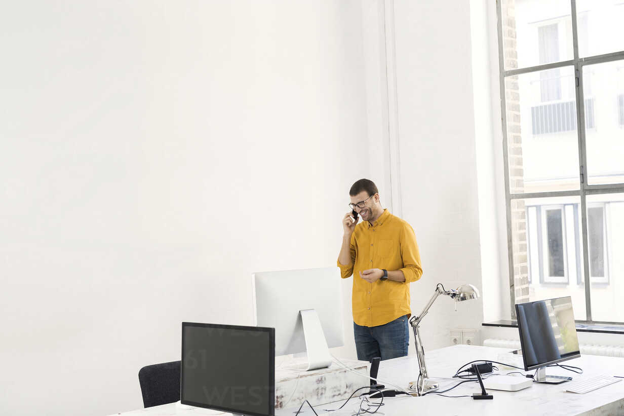 Young businessman in office talking on the phone - SBOF00305 - Steve Brookland/Westend61