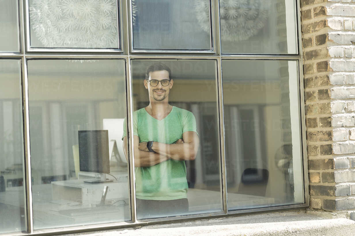 Young professional standing at the window - SBOF00314 - Steve Brookland/Westend61