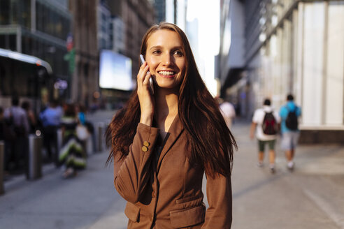 USA, New York, Manhattan, smiling young businesswoman on the phone - BOYF00720