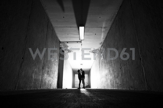 Couple in love in underpass - SIPF01493
