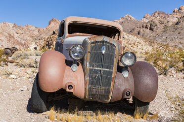 USA, Nevada, vintage car wreck in desert - FOF09101