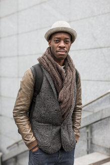 Portrait of stylish man wearing autumn fashion - MAUF00981
