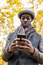 Portrait of stylish man looking at cell phone - MAUF01020