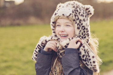 Portrait of smiling little girl wearing hat with leopard print - NMSF00027