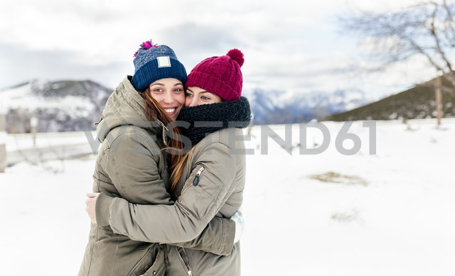 Two young women hugging in the snow - MGOF03127 - Marco Govel/Westend61