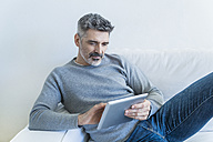 Mature man at home using tablet - TCF05339