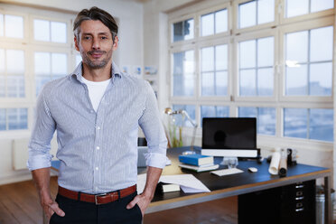 Portrait of confident man in a modern office - FKF02204