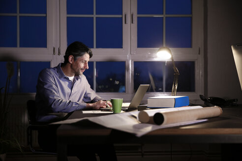 Man working late in office - FKF02228