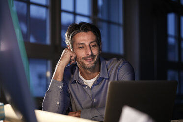 Man working late in office - FKF02231