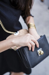 Woman's hand holding handbag - GIOF02528