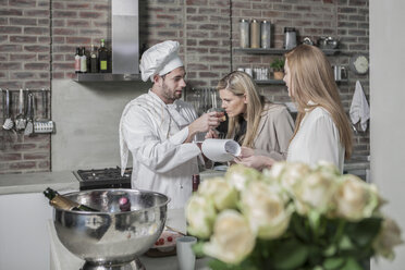 Chef with two women in kitchen - ZEF13373