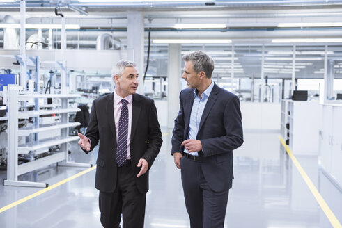 Two mangagers having a meeting at the shop floor of a factory - DIGF01641