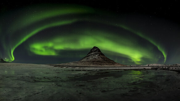 Iceland, Northen lights at Kirkjufell mountain - RAEF01771