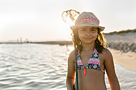 Spain, Menorca, portrait of a girl with a dip net on the beach - MGOF03171