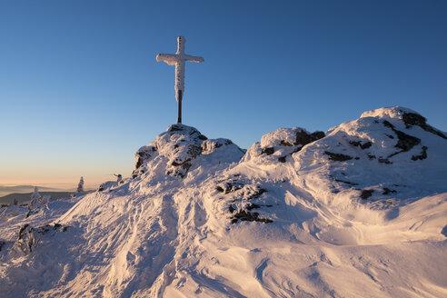 Germany, Bavaria, Bavarian Forest in winter, Great Arber, summit cross - SIEF07370