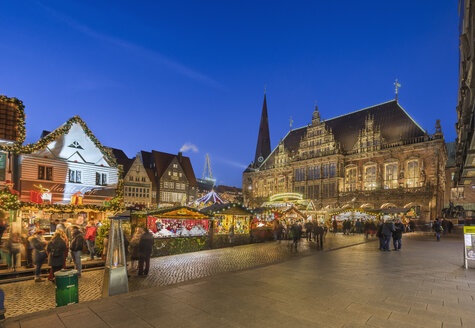Germany, Bremen, Christmas market on market square in the evening - PVC01066