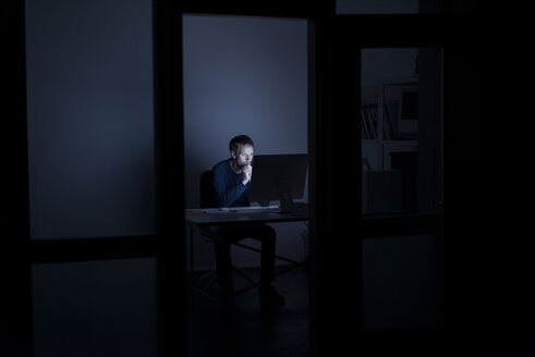 Man working late in office - KNSF01191