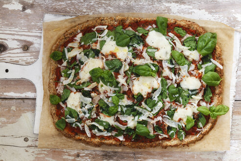 Glutenfree pizza with cauliflower bottom, tomatoes and spinach leaves - EVGF03192