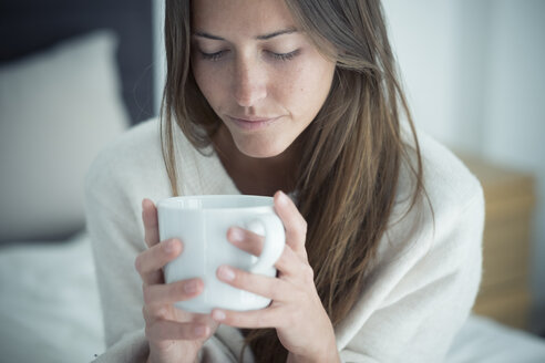 Young woman holding cup of coffee - SIPF01587