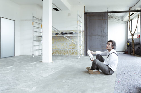 Architect with sketch book at construction site - REAF00244