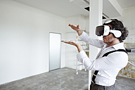 Architect using Virtual Reality Glasses at construction site - REAF00256