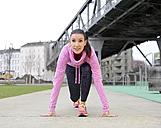 Female athlete in starting position - BFRF01799