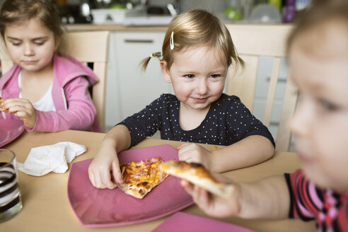 Little girls at home eating pizza - HAPF01444