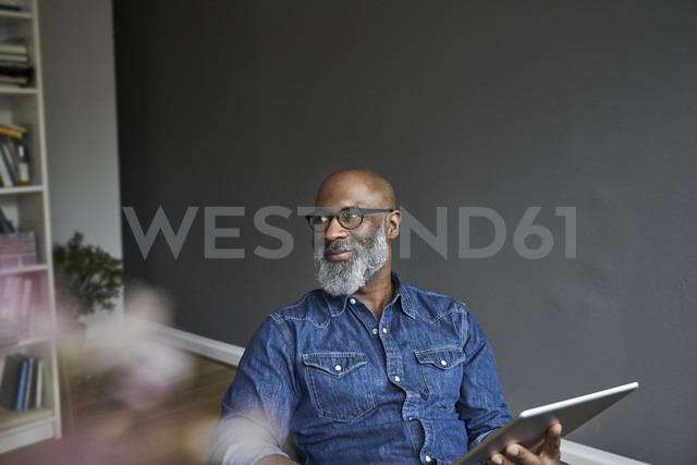 Mature man holding tablet, smiling - FMKF03735 - Jo Kirchherr/Westend61