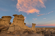 USA, New Mexico, San Juan Basin, Valley of Dreams, Badlands, Ah-shi-sle-pah Wash, sandstone rock formation, hoodoos at dusk - FOF09176