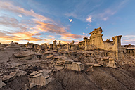 USA, New Mexico, San Juan Basin, Valley of Dreams, Badlands, Ah-shi-sle-pah Wash, sandstone rock formation, hoodoos at dusk - FOF09182
