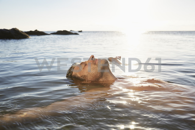 Relaxed mature man floating in the sea - PDF01223 - Philipp Dimitri/Westend61