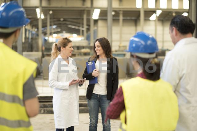 Female boss briefing her coworkers in factory - JASF01577 - Jaen Stock/Westend61
