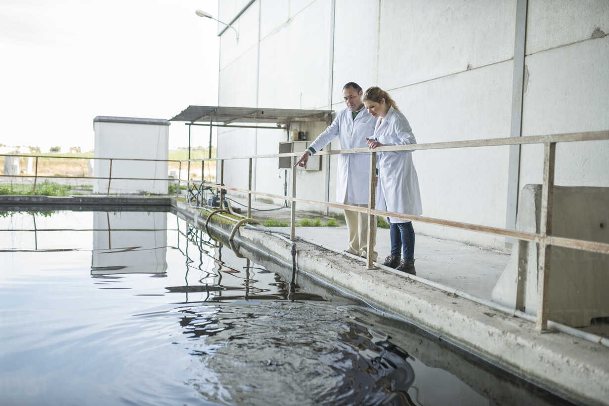 Scientists observing water surface in a factory - JASF01622 - Jaen Stock/Westend61