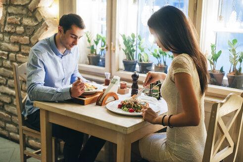 Couple having dinner in a restaurant - MOMF00097