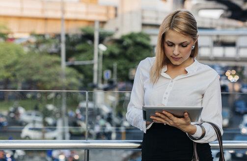 Businesswoman using tablet - MOMF00124