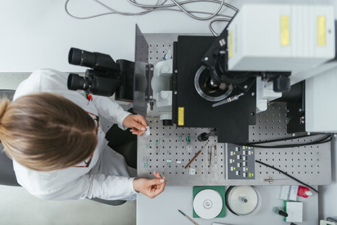 Laboratory technician working in modern lab - ZEDF00583