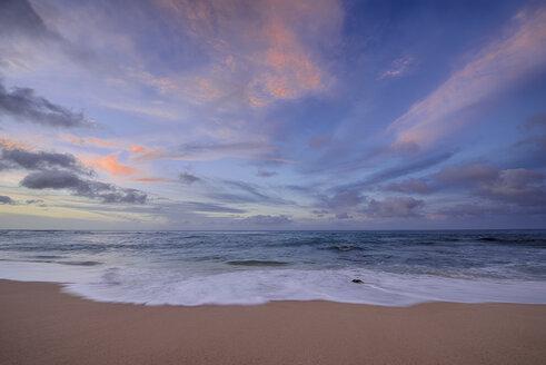 USA, Hawaii, Oahu, Sunset and surf at Sunset Beach - RUEF01786