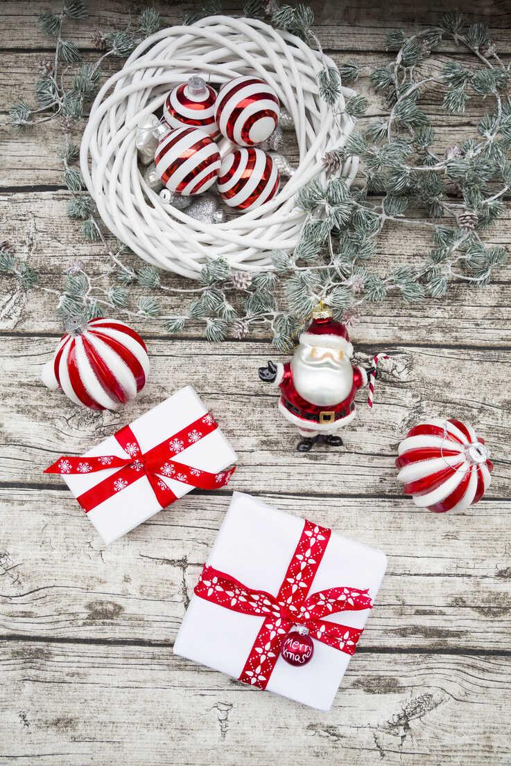 Christmas decoration and Christmas presents on wood - LVF06024 - Larissa Veronesi/Westend61
