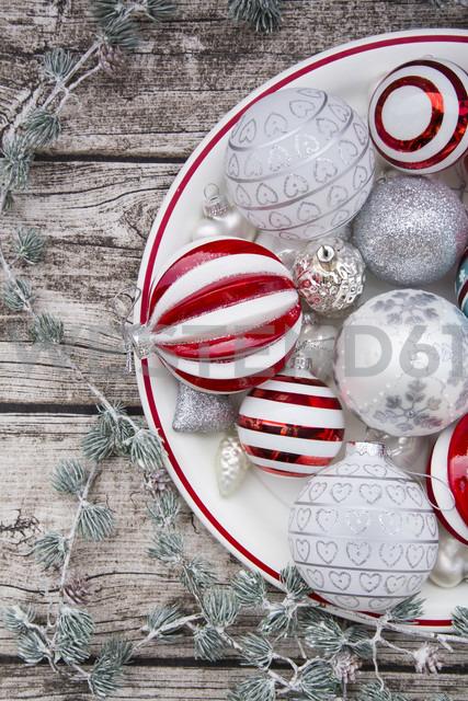 Christmas baubles on plate - LVF06030 - Larissa Veronesi/Westend61