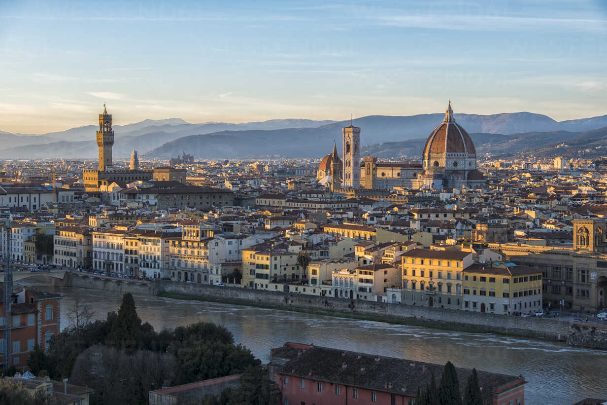 Italy, Florence, cityscape with  Palazzo Vecchio and Basilica di Santa Maria del Fiore at sunset - LOMF00557 - Lorenzo Mattei/Westend61