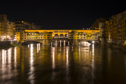Italy, Florence, Ponte Vecchio by night - LOMF00560