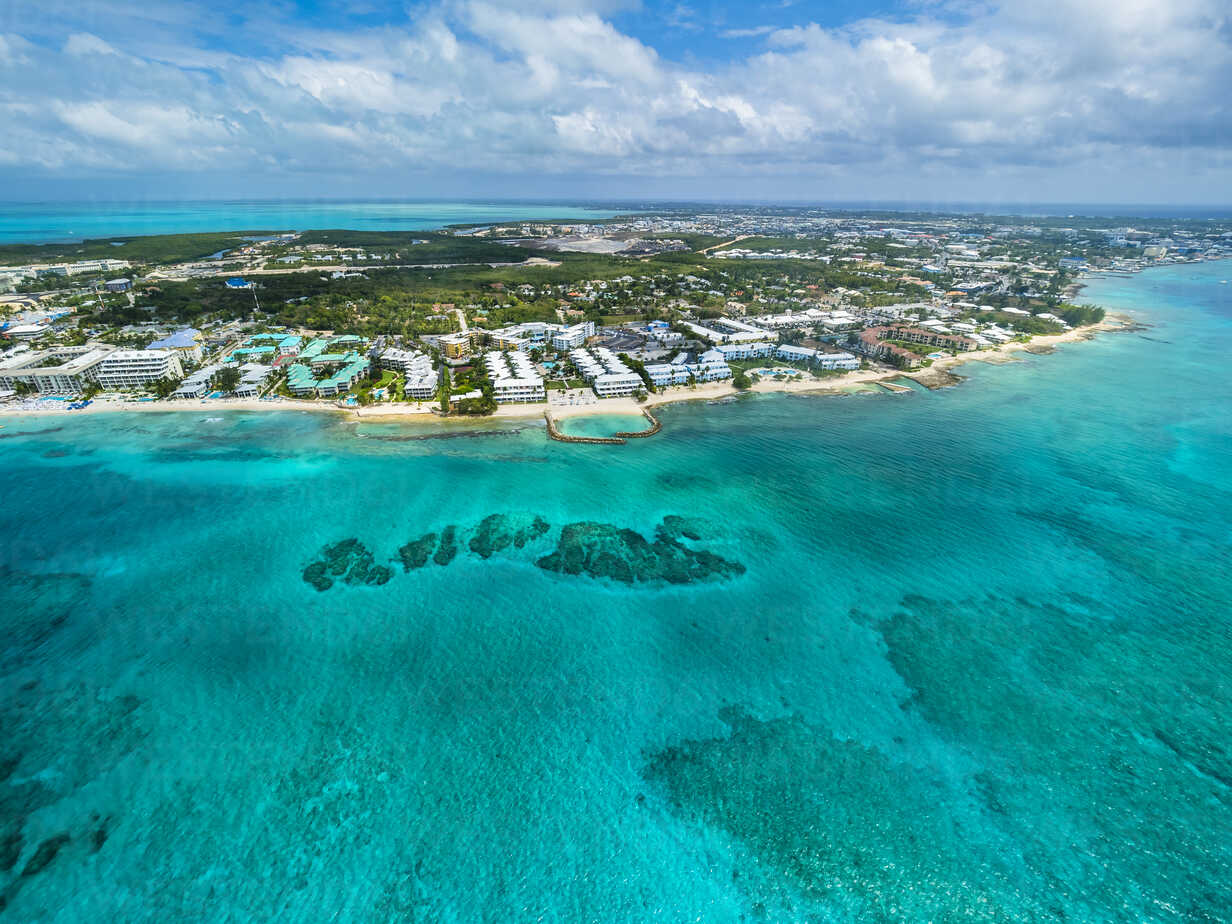Caribbean, Cayman Islands, George Town, Luxury resorts and Seven Mile Beach - AMF05374 - Martin Moxter/Westend61