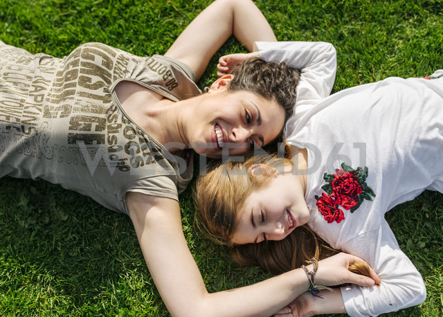 Mother and daughter having fun lying in the grass - MGOF03221 - Marco Govel/Westend61