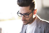 Young man wearing glasses, portrait - JASF01697