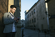Young man taking pictues on a city break - JASF01709
