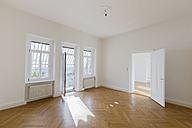 Spacious empty flat with herringbone parquet - FCF01165