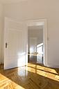 Spacious empty flat with herringbone parquet - FCF01168