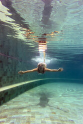 Woman underwater in a swimming pool - KNTF00827