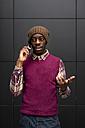 Portrait of man on the phone - MAUF01059